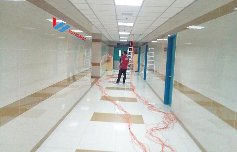 Kỹ thuật kéo dây lắp đặt cho hành lang bệnh viện vào ban đêm