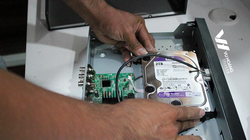 Lắp đặt ổ cứng vào đầu ghi tại công ty IWINFX