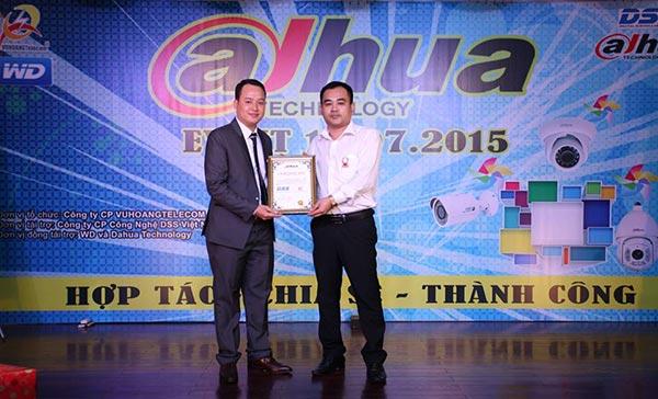 Trao chứng nhận phân phối camera Dahua cho VUHOANGTELECOM