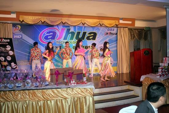 Vũ điệu Latinh khai mạc chương trình thật sôi động