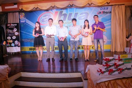 Đại diện hãng WD trao tặng 5 phần quà giải Tím là 5 ổ cứng Wd Purple 1TB