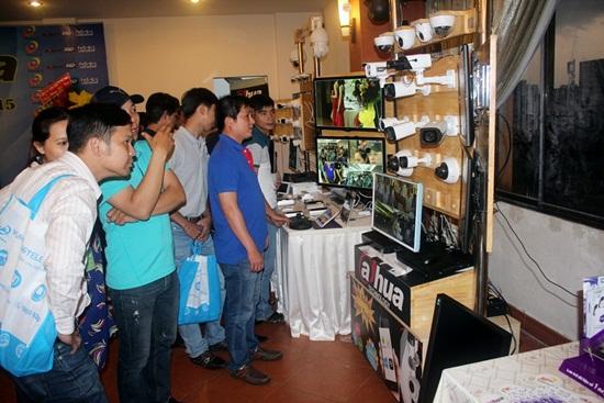 Các quý khách tham quan khu vực showroom demo sản phẩm Dahua Technology