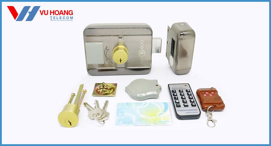 Trọn bộbao gồm:1 Remote điều khiển, 1 đầu đọc thẻ từ gắn (bên ngoài cửa), 1 thẻ master, 1 thẻ user, 3 chìa khóa cơ.