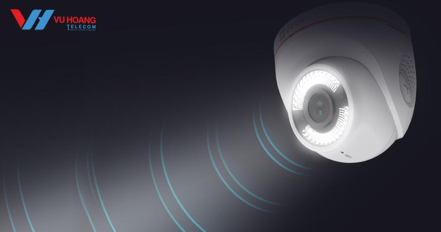 Camera C4W tích hợp đèn chiếu sáng và còi báo động