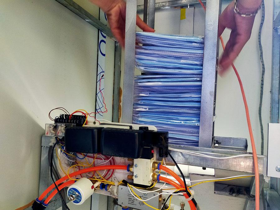 Khẩu trang đượ đặt vào máy hoạt động liên tục.